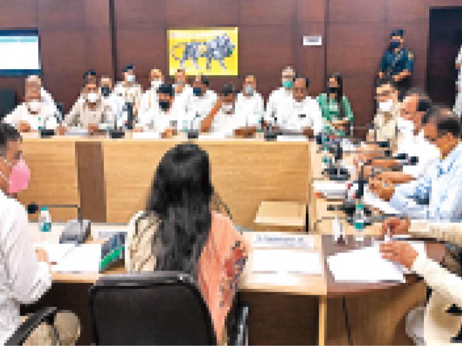 पलवल. सहकारिता मंत्री डॉ. बनवारी लाल ग्रीवांस कमेटी की बैठक में लोगों की शिकायतें सुनते हुए। - Dainik Bhaskar