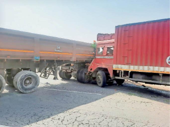 हाइवे पर ट्रक-टेलर की भिड़ंत में चालक केबिन में फंस गया। - Dainik Bhaskar