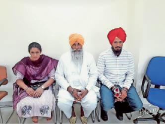 गुरजीत कौर के पिता सतनाम सिंह और बहन प्रदीप कौर। - Dainik Bhaskar