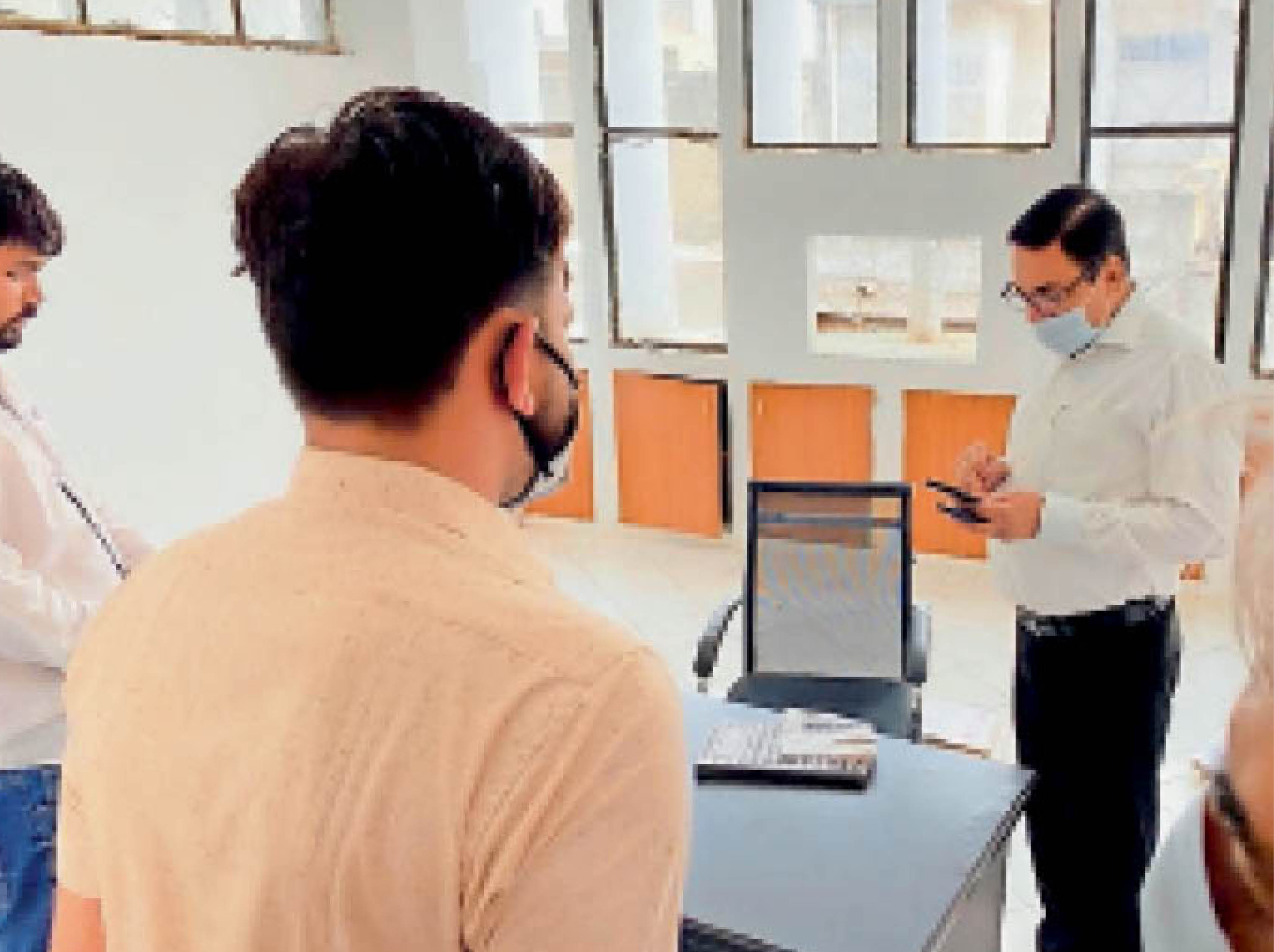 पानीपत. अकाउंट व ऑडिट ब्रांच में खाली कुर्सियों काे देखकर संबंधित अधिकारी काे फाेन मिलाते कमिश्नर। - Dainik Bhaskar