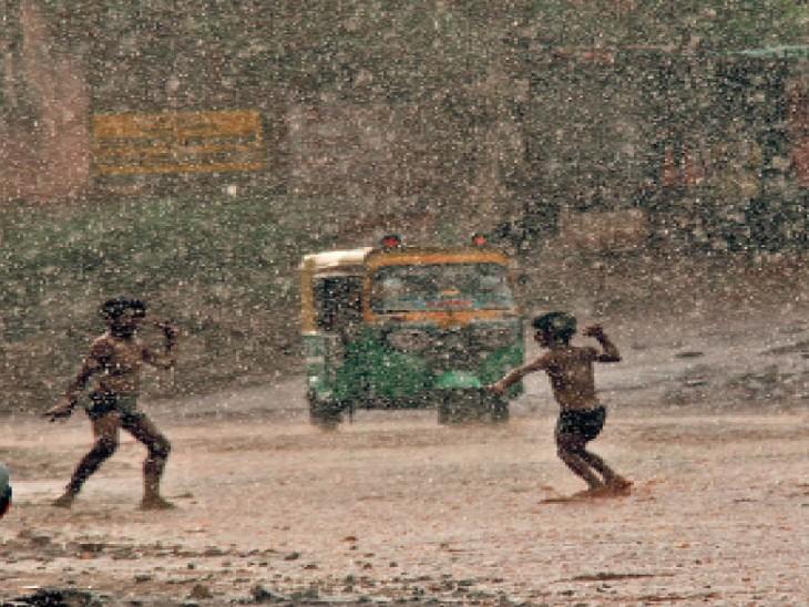 बारिश में मस्ती करते बच्चे। - Dainik Bhaskar