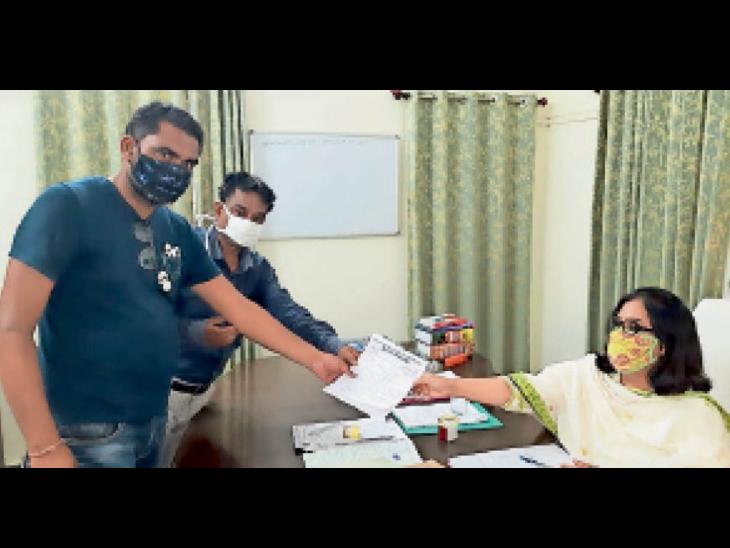 सुल्तानपुर.दीगोद में एसडीएम को ज्ञापन देते सिमलिया सरपंच व ग्रामीण। - Dainik Bhaskar