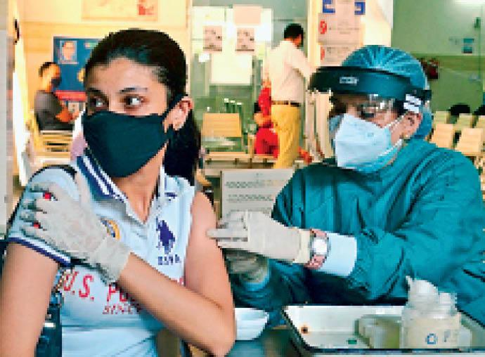 जिला में शुक्रवार को टीकाकरण अभियान के तहत 9991 लोगों को कोरोनारोधी वैक्सीन लगाई गई। जिला में 8429 लोगों को कोरोनारोधी वैक्सीन की पहली डोज दी गई हैं, जबकि 1562लोगों को दूसरी डोज लगाई गई। अभी तक जिला में 917112 डोज दी जा चुकी है। - Dainik Bhaskar