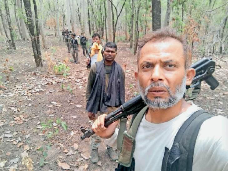 ग्रामीण सीताराम नेताम की हत्या के बाद फोर्स ने इलाके में सर्चिंग बढ़ाई है। - Dainik Bhaskar