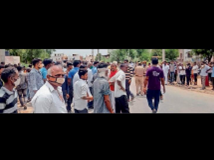 दुर्घटना के बाद जमा भीड़। - Dainik Bhaskar