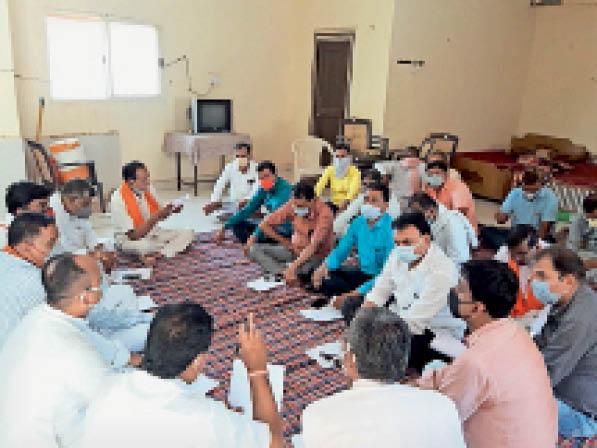 हरदा। बैठक को संबोधित करते हुए पदाधिकारी। - Dainik Bhaskar