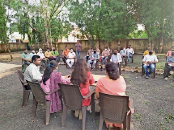 हंडिया। बैठक में शामिल हुए अधिकारी सहित अन्य लाेग। - Dainik Bhaskar