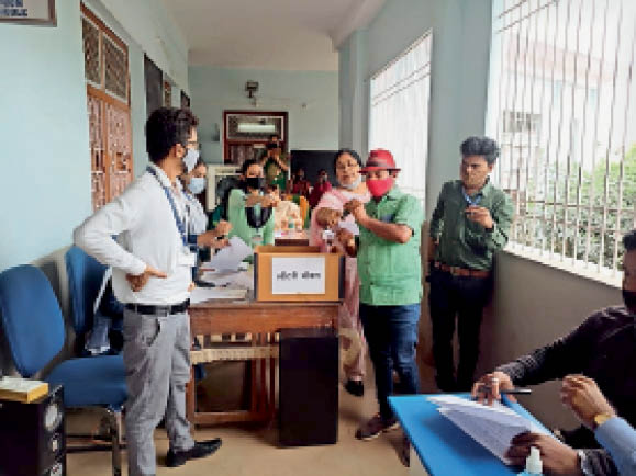 पहली कक्षा में एडमिशन के लिए लॉटरी निकाली गई। - Dainik Bhaskar