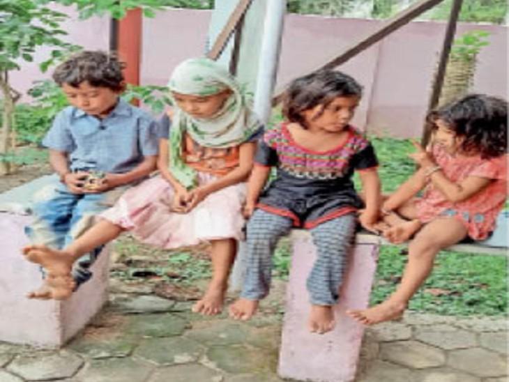 पिता के इंतजार में बच्चे अपने चाचा के घर। - Dainik Bhaskar