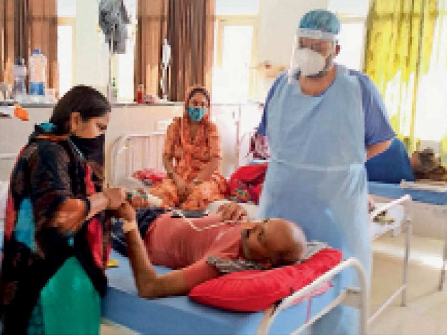 महाराजा अग्रसेन मेडिकल कॉलेज अग्रोहा में डॉ. राहुल मरीजों को चेक करते हुए। - Dainik Bhaskar