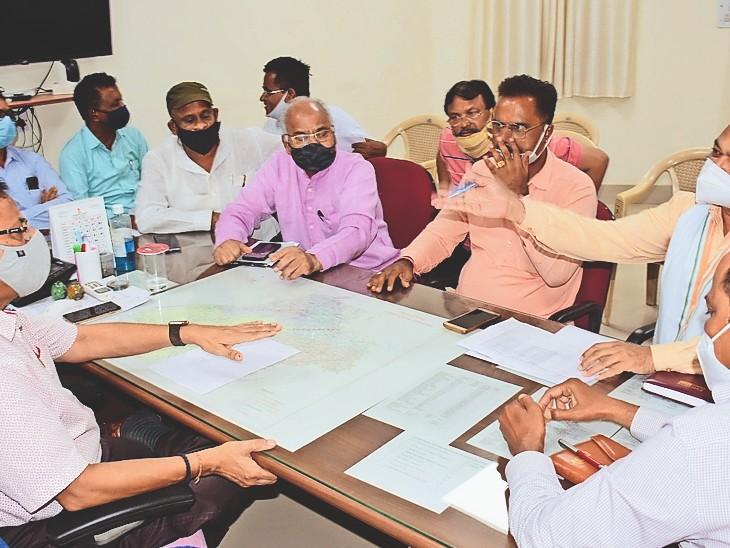 भाजपा नेताओं ने इस मुद्दे पर पीडब्ल्यूडी एसई डीपी सोनी का घेराव कर जवाब तलब किया। इस बीच सोनी ऑफिस छोड़ चले गए। - Dainik Bhaskar