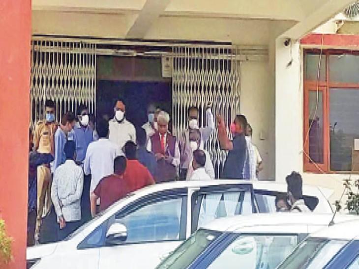 सुखाड़िया विवि की बॉम बैठक के दौरान विरोध-प्रदर्शन करते एबीवीपी के कार्यकर्ता। - Dainik Bhaskar