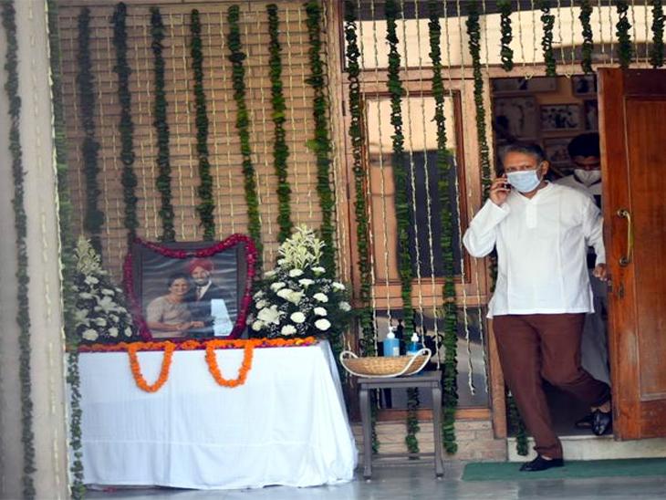 सेक्टर-8 में कोठी के बाहर मिल्खासिंह और उनकी पत्नी की फोटो रखी गई है। उनके बेटे ने फूल चढ़ाए। फोटो अश्विनी राणा - Dainik Bhaskar