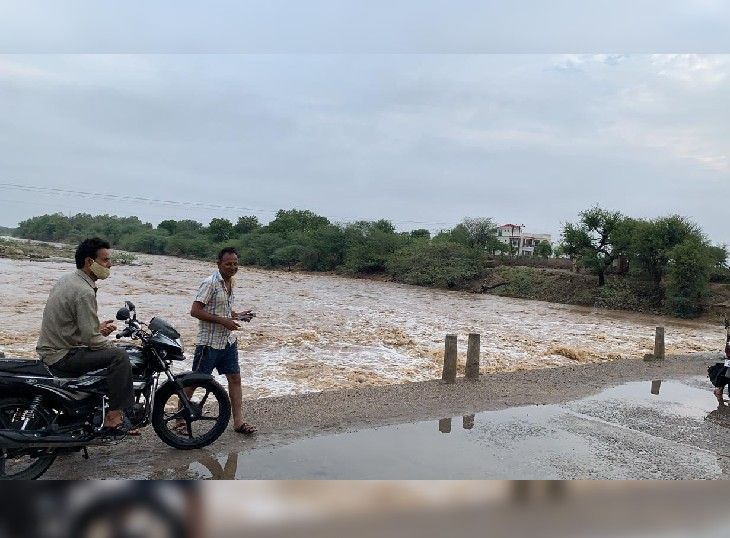 पाली के रानी क्षेत्र में बरसाती नदी में बहता पानी।