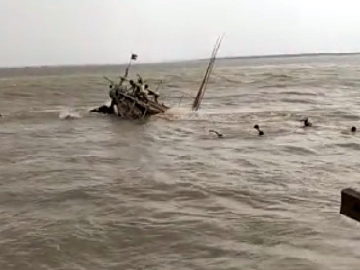 छपरा के डोरीगंज घाट पर बालू से लदी नाव डूबी; नाव पर सवार लोग पानी में कूदे, तैराकों ने रेक्स्यू कर बचाई जान छपरा,Chhapra - Dainik Bhaskar