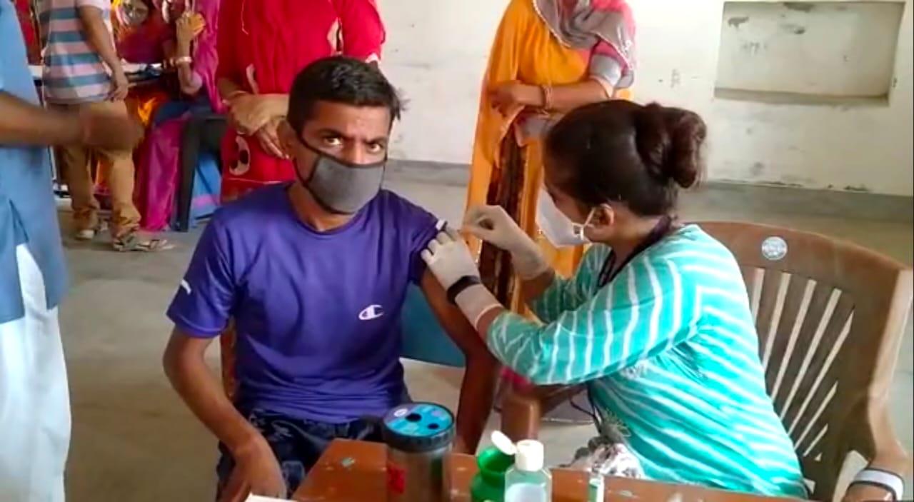 वैकसीन लगाती स्वास्थ्यकर्मी। - Dainik Bhaskar