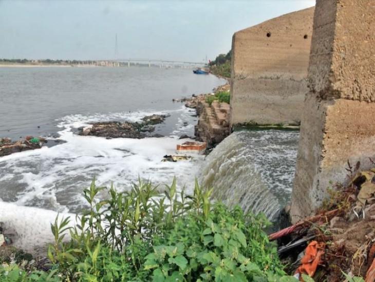 दावा किया जा रहा है कि गंगा नदी में 150 से 200 एमएलडी सीवर के पानी को ट्रीट कर छोड़ा जा रहा है। - Dainik Bhaskar