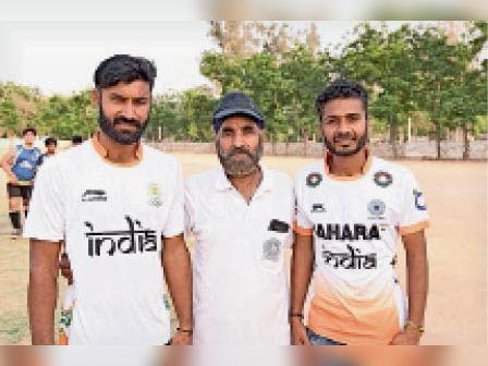 कुरुक्षेत्र, हॉकी खिलाड़ी सुरेंद्र कोच के साथ। - Dainik Bhaskar