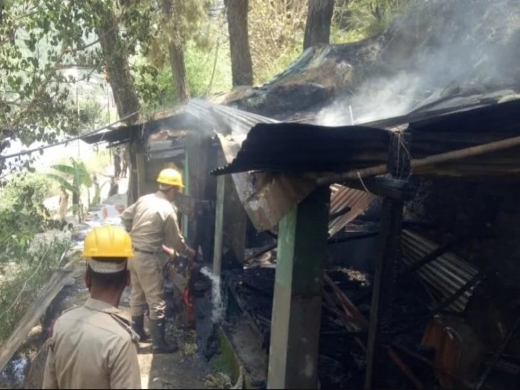 कुटिया में लगी आग बुझाते दमकलकर्मी। - Dainik Bhaskar