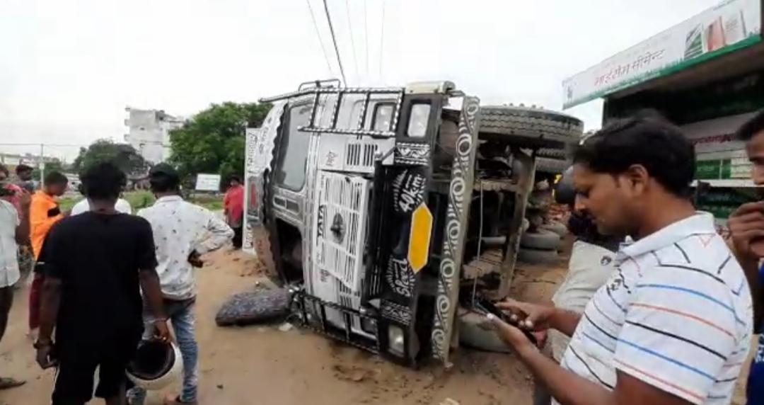 मोरंग लदा ट्रक पलटा, ड्राइवर क� - Dainik Bhaskar
