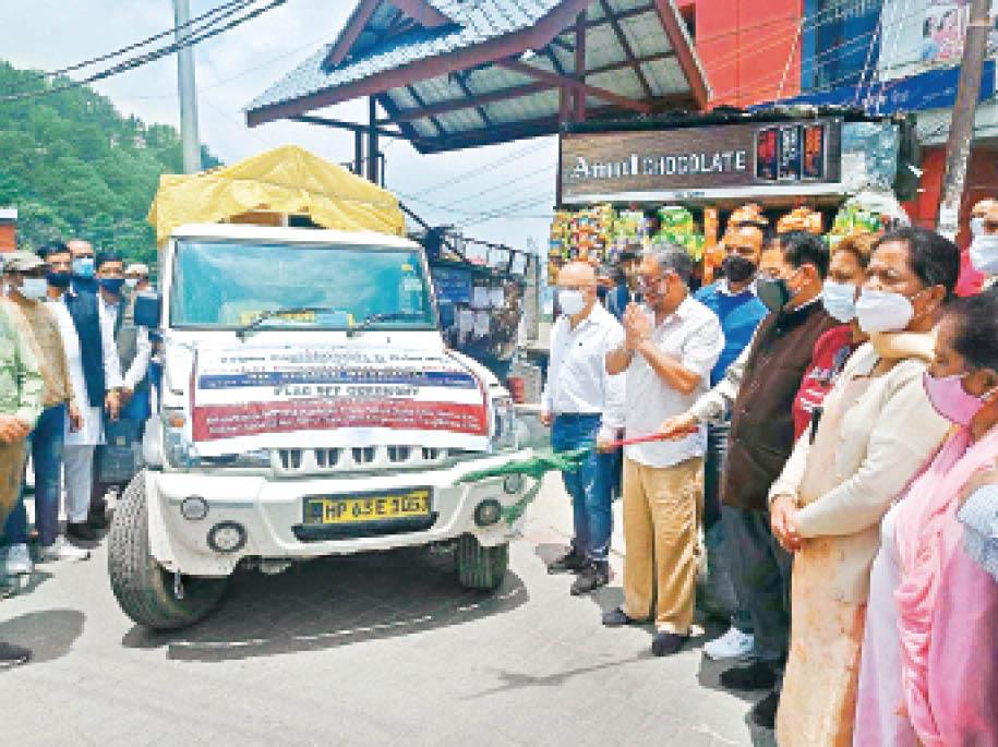 कंसंट्रेटर की गाड़ी को रवाना करते शहरी विकास मंत्री सुरेश भारद्वाज। - Dainik Bhaskar