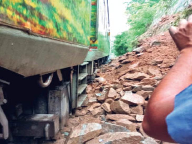लैंड स्लाइडिंग की घटना से इंजन क्षतिग्रस्त - Dainik Bhaskar