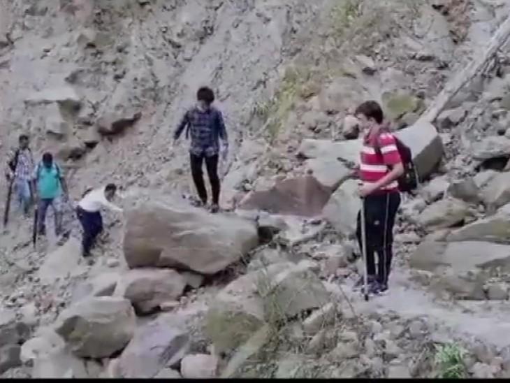 पश्चिम बंगाल के एक गांव में वैक्सीनेशन के लिए टीम 10 किमी पैदल गई, पहाड़ और जंगल पार किए|देश,National - Dainik Bhaskar