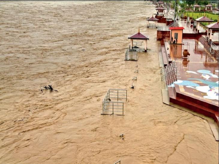 बारिश के कारण अलखनंदा, मंदाकिनी और गंगा नदी का जलस्तर बढ़ा, हजारों लोग पलायन करने को मजबूर|देश,National - Dainik Bhaskar