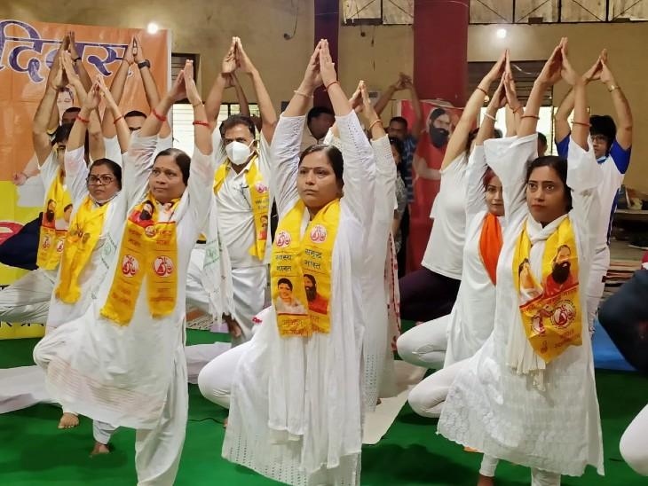शहर के छोटे-बड़े पार्कों में योग करते दिखे लोग; दिल्ली से जुड़े सांसद रवि किशन, बोले- आज पूरा विश्व योगमय|गोरखपुर,Gorakhpur - Dainik Bhaskar