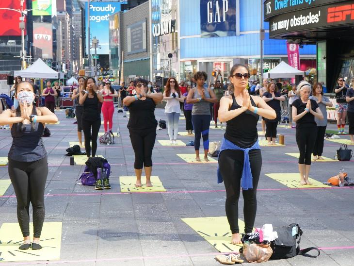 अमेरिका के न्यूयॉर्क शहर में स्थित टाइम्स स्क्वायर पर 3 हजार लोगों ने सूर्य नमस्कार किया।