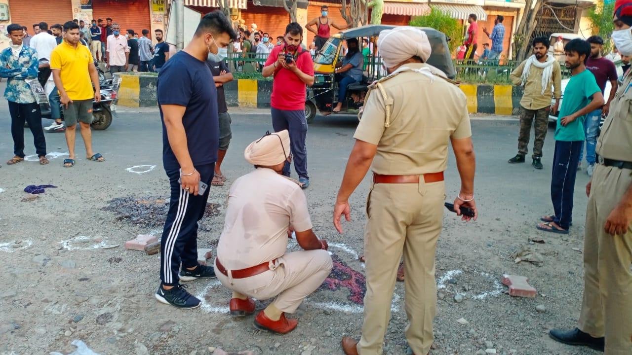 हत्या के बाद मौके पर जांच करती पुलिस।