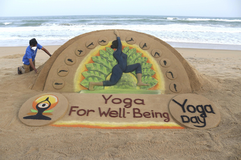 सैंड आर्टिस्ट सुदर्शन पटनायक ने योग दिवस पर ओडिशा में रेत से कलाकृति बनाई।