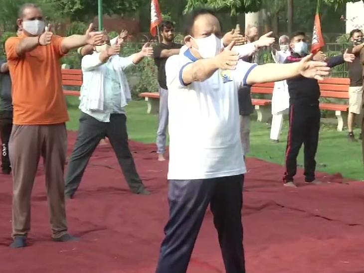 केंद्रीय स्वास्थ्य मंत्री डॉ. हर्षवर्धन ने दिल्ली के महाराजा अग्रसेन पार्क में योग आसन किए।