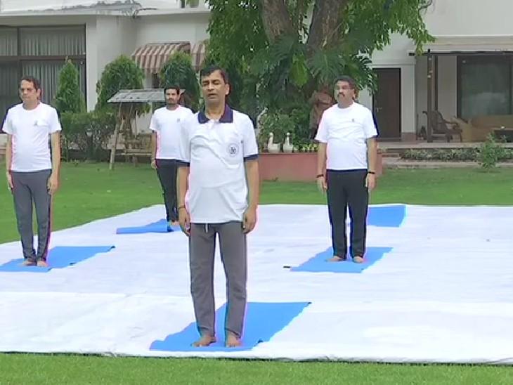 केंद्रीय पेट्रोलियम मंत्री धर्मेंद्र प्रधान ने दिल्ली स्थित अपने घर पर योग किया।