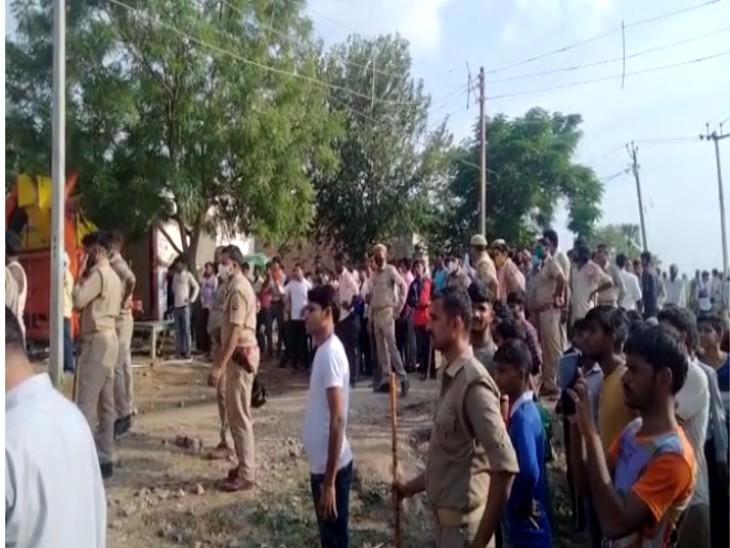 मकान में तेज धमाका होने के बाद जुटी गांव वालों की भीड़