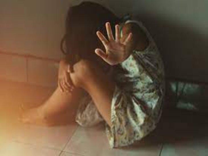 बच्ची ने परेशान होकर मां और उसके प्रेमी के खिलाफ पुलिस केस दर्ज कराया है। - Dainik Bhaskar