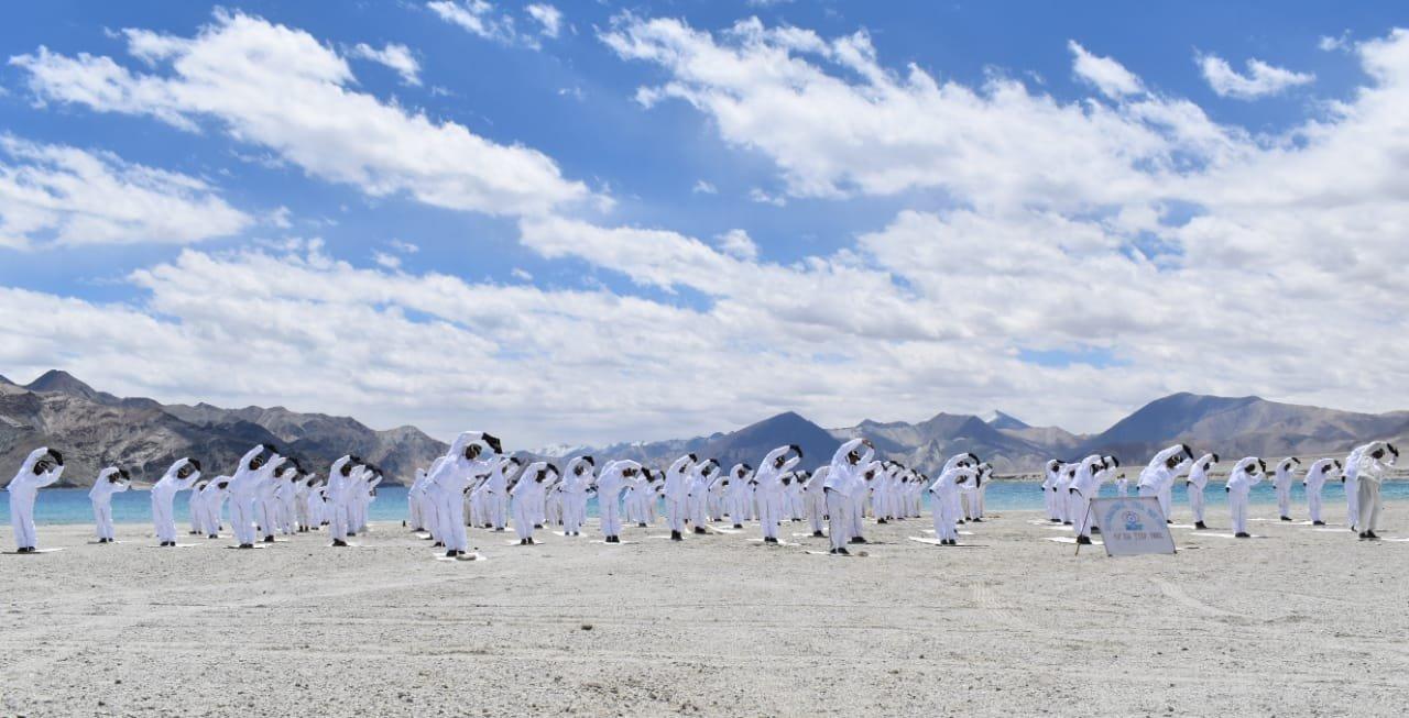 अंतरराष्ट्रीय योग दिवस पर इंडो तिब्बत बॉर्डर पुलिस (ITBP) ने पैंगोंग सो झील के पास योग किया।