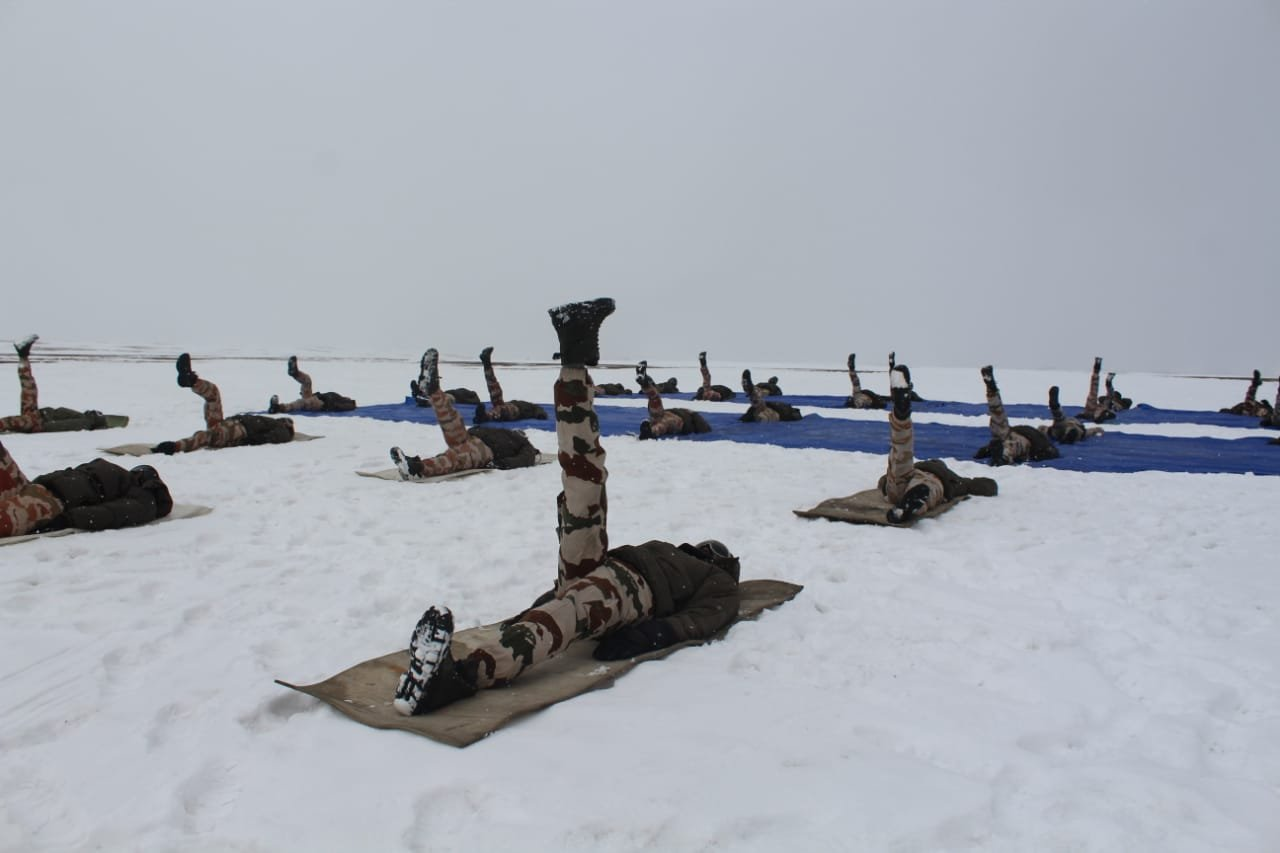 इंडो तिब्बत बॉर्डर पुलिस (ITBP) ने लद्दाख में 18,000 फीट की ऊंचाई पर योग के आसन किए।