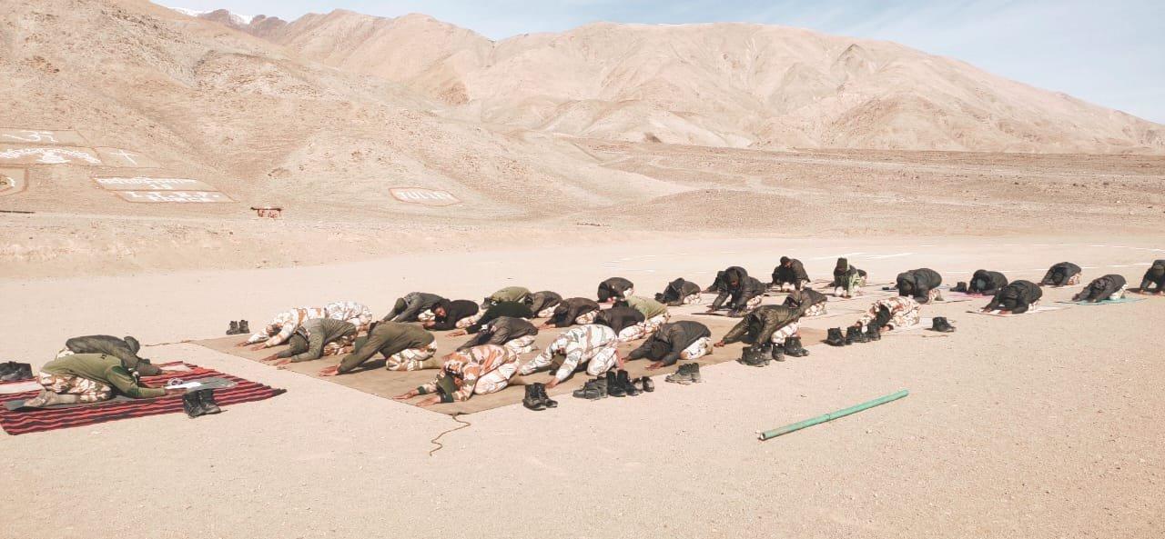 इंडो तिब्बत बॉर्डर पुलिस (ITBP) के जवानों ने लद्दाख में 15,000 फीट की ऊंचाई पर योग किया।