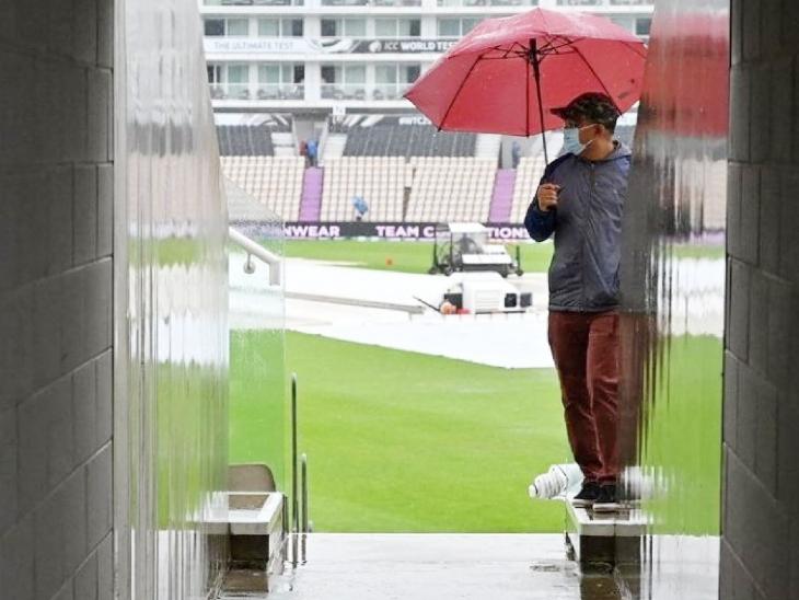 दर्शकों को भी बारिश का अनुमान था। इसलिए वे घर से पूरी तैयारी करके आए हैं। खाली समय में वे छाते लेकर फोटो खिंचाते नजर आए।