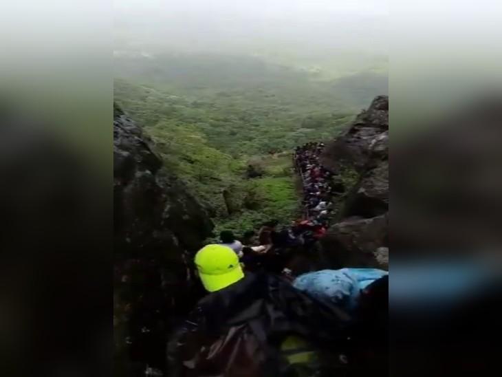 बरसात के मौसम में अंबोली और पालघर के पहाड़ी क्षेत्रों में हजारों की संख्या में पर्यटक घूमने के लिए पहुंचते हैं।