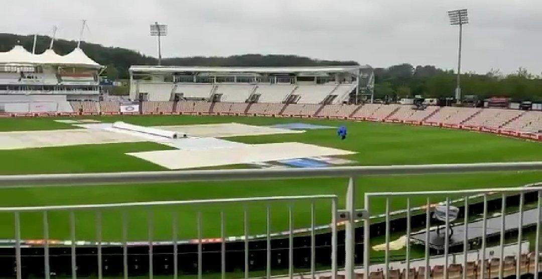 भारत और न्यूजीलैंड का पहला सत्र बारिश की वजह से धुल गया। ग्राउंड स्टाफ ने पिच को गीला होने से बचाने के लिए पहले से ही उसे कवर से ढंक दिया है।