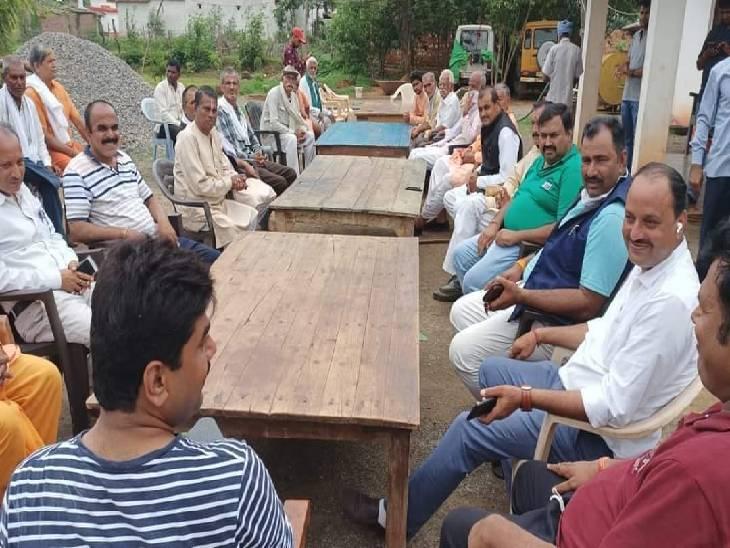 कोरोना संक्रमण के तीसरी लहर की तैयारी करते BJP विधायक, मास्क न सोशल डिटेंसिग, 40 लोगों के बीच किया भोज रीवा,Rewa - Dainik Bhaskar