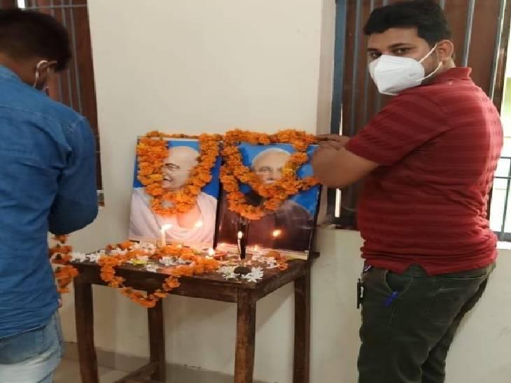 BJP कार्यकर्ताओं ने PM मोदी की फाेटो पर पहना दी माला, मोमबत्ती भी जलाई; जिलाध्यक्ष बोले- चूक हुई है, कांग्रेस बोली- लाज-शर्म है कि नहीं सतना,Satna - Dainik Bhaskar