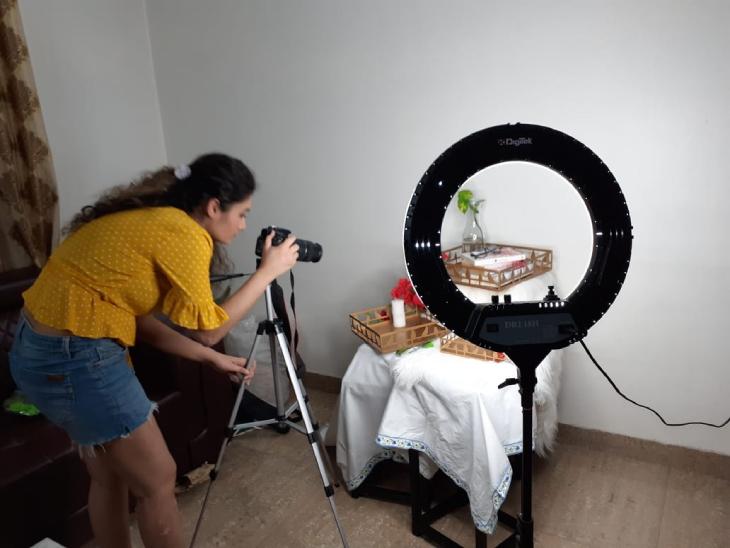 अपने प्रोडक्ट की डिजाइनिंग के बाद उसकी फोटोग्राफी करतीं प्राची। मार्केटिंग के लिए फोटो को वे सोशल मीडिया पर अपलोड करती हैं।