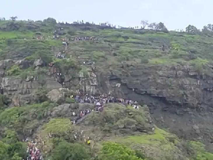 अंबोली में हजारों की संख्या में लोग इस तरह से घूमने के लिए पहुंचे थे।