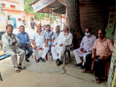 पैसेंजर ट्रेन चलाने के लिए आयोजित बैठक में शामिल सर्वदलीय नेता। - Dainik Bhaskar