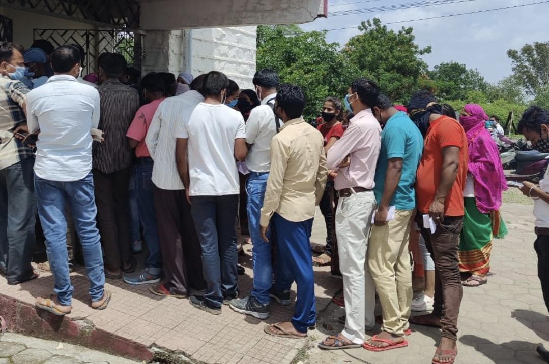 PG कॉलेज सेंटर में वैक्सीन लगवाने धूप में खड़े रहे लोग, सोशल डिस्टेन्स की उड़ी धज्जियां, अन्य केंद्रों में कम पड़ गयी वैक्सीन छिंदवाड़ा,Chhindwara - Dainik Bhaskar