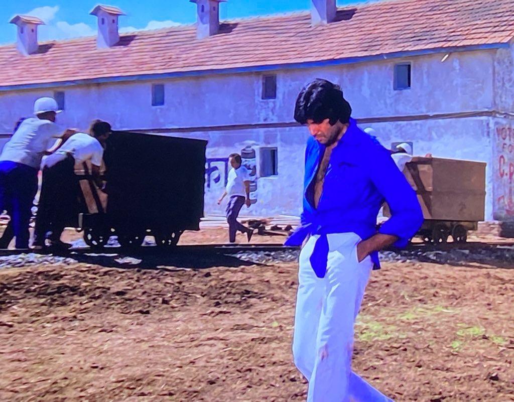 अमिताभ बच्चन ने 'दीवार' से शेयर किया अपना 'नॉटेड शर्ट' लुक, बोले-टेलर की गलती के कारण गांठ बांध कर पहननी पड़ी थी शर्ट|बॉलीवुड,Bollywood - Dainik Bhaskar
