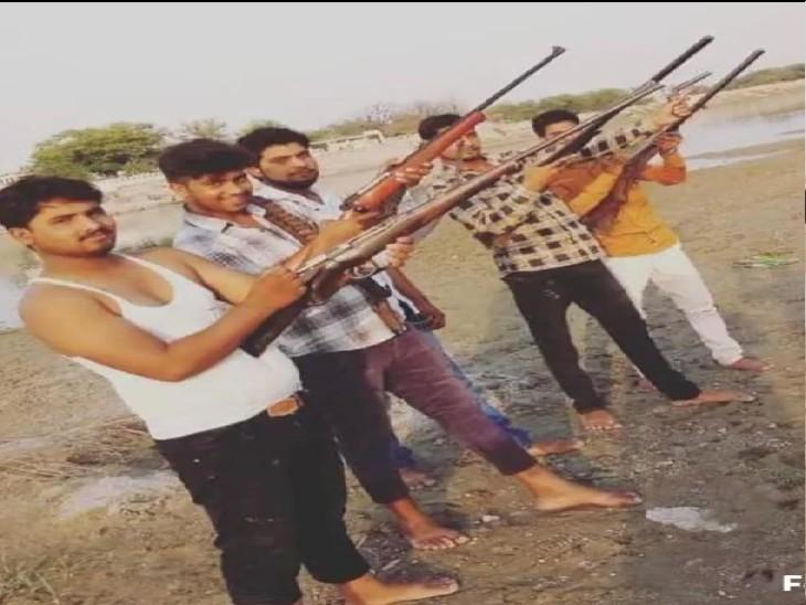 सोशल मीडिया से चर्चा में आई युवकों की असलहा प्रदर्शन की फोटो, एक्शन में आई पुलिस। - Dainik Bhaskar